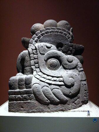メキシコシティの自然史博物館からの考古学的な石の彫刻