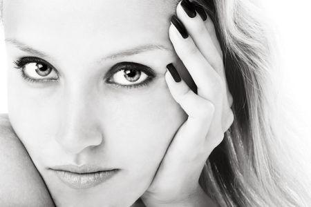 Schwarzes und weißes Nahaufnahmeportrait des jungen Mädchens mit schönen Augen