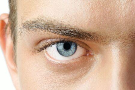 vasos sanguineos: Macro tiros del hombre con los ojos azules visibles los vasos sangu�neos