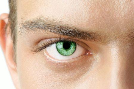 vaisseaux sanguins: Macro photo de l'homme  's avec des yeux verts visibles vaisseaux sanguins  Banque d'images