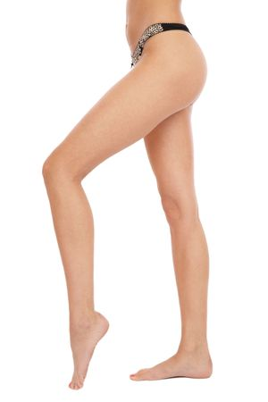 pieds nus femme: Slim longues jambes et les hanches de sexy femme aux pieds nus tann�es