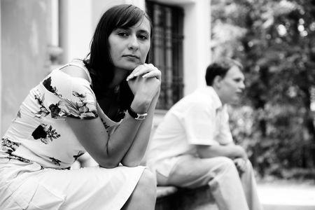 divorcio: En blanco y negro foto de los j�venes triste la mujer y el hombre sentado en pasos de m�rmol en el parque, selectivo foco