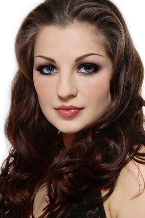 smoky eyes: Ritratto di donna bella con lunghi capelli ricci e gli occhi fumosi