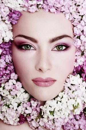 In bianco e nero colorato ritratto della bella ragazza con il trucco elegante e fiori intorno il suo volto