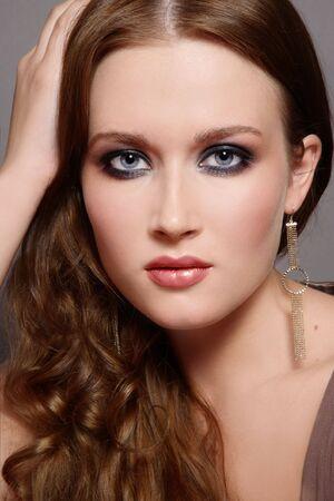 smoky eyes: Ritratto di giovane e bella ragazza con gli occhi fumosi