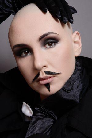 lesbienne: Portrait de jeune fille en noir skinhead v�tements et de fausses moustaches sur le visage
