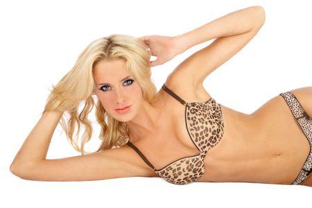 Beautiful sexy slim tannées fille blonde en soutien-gorge imprimé léopard couché sur fond blanc Banque d'images - 5518647
