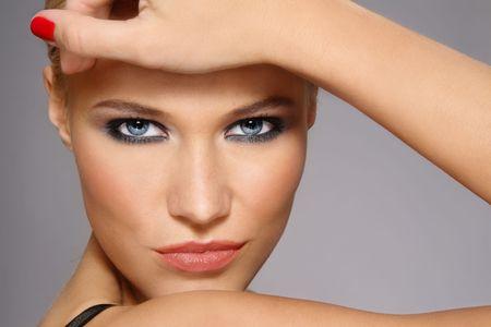 smoky eyes: Ritratto di close-up di bella ragazza bionda elegante con trucco alla moda