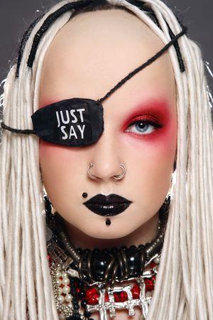 Porträt des stilvollen freaky Mädchen mit weißen Dreads, fancy Make-up und Auge patch Standard-Bild