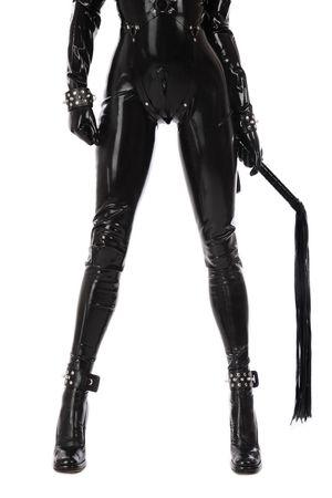 fetysz: Nogi slim sexy kobieta w czarnym catsuit lateksowej z Mankiety i bat na białym tle