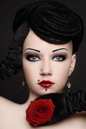 dreadlocks: Retrato de cosecha glamoroso de la joven y bella mujer con Piercings, temores y maquillaje elegante