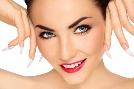 unas largas: Retrato de Close-up de hermosa sonriente joven con maquillaje elegante y largo las u�as