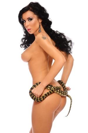 donna nudo: Bella donna nuda sexy conciata con serpente, su sfondo bianco