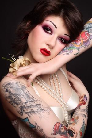 sexy tattoo: Retrato si joven hermosa mujer tattooed sexy con maquillaje elegante Foto de archivo