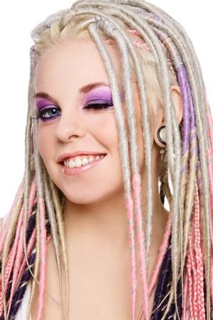dreadlocks: Retrato de joven bella joven sonriente feliz con maquillaje elegante y temores
