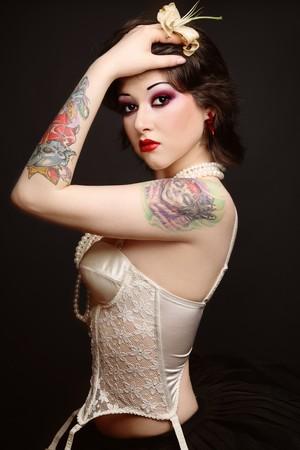 sexy tattoo: Hermosas j�venes delgados tatuado mujer en cors� de falda y cosecha de ballet  Foto de archivo
