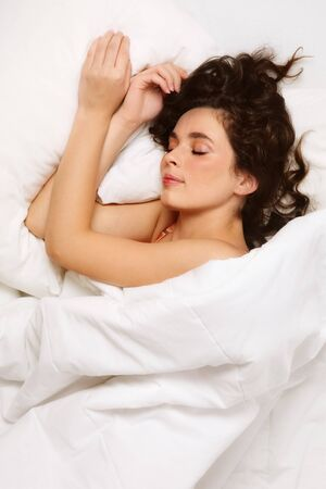 Hermosa mujer con cabello largo oscuro so�ando en la cama  Foto de archivo - 7308241