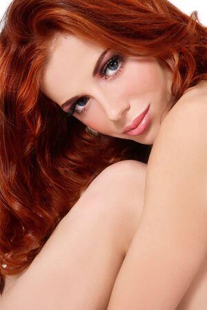 pelirrojas: Retrato de joven hermosa fresca con pelo rizado rojo