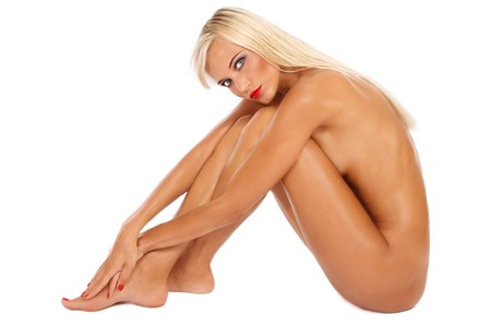 chica desnuda: Hermosa sexy curtida desnuda rubia joven sentado sobre fondo blanco  Foto de archivo