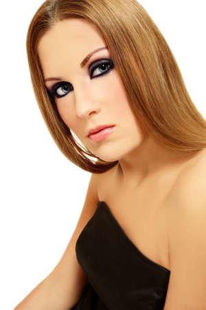 smoky eyes: Bella ragazza con gli occhi fumosi e capelli lunghi Biondi su sfondo bianco