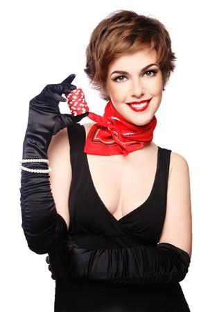 fichas de casino: Bella y elegante sonriente a joven con poker chips en la mano, sobre fondo blanco