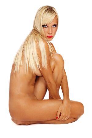ragazza nuda: Bella sexy conciata giovane sottile bionda ragazza nuda seduta su sfondo bianco