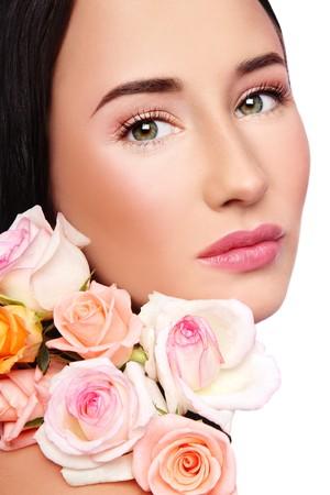 mujer con rosas: Retrato de Close-up de la joven y bella mujer con claro maquillaje y frescas rosas tiernas