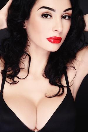 tieten: Portret van jonge mooie sexy brunette in zwarte beha Stockfoto