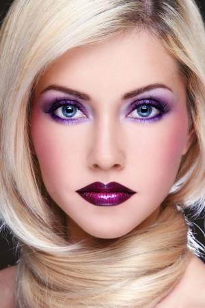 eyes: Close-up portret van jonge mooie blonde vrouw met stijlvolle violet make-up
