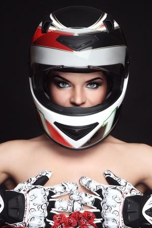 motociclista: Hermosa mujer sexy con maquillaje con estilo en el casco de motociclista y guantes Foto de archivo