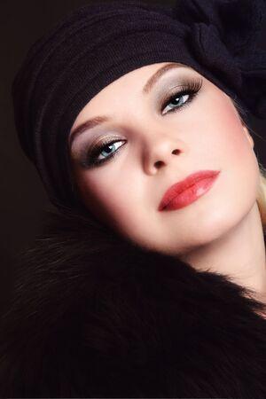 smoky eyes: Ritratto di giovane donna bellissima, con gli occhi fumosi, messa a fuoco selettiva