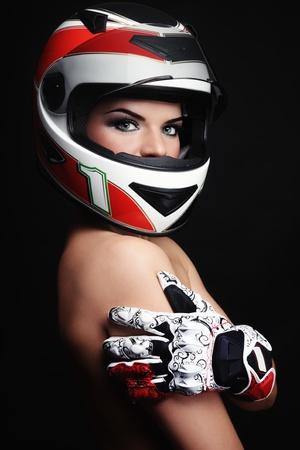 motorcyclist: Hermosa mujer sexy con maquillaje elegante en el casco de motociclista y guantes