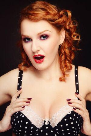 beaux seins: Femme belle redhead sexy jeune vintage polka dot bra