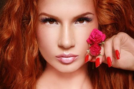 Portrait de la close-up de redhead belle jeune femme avec maquillage élégant