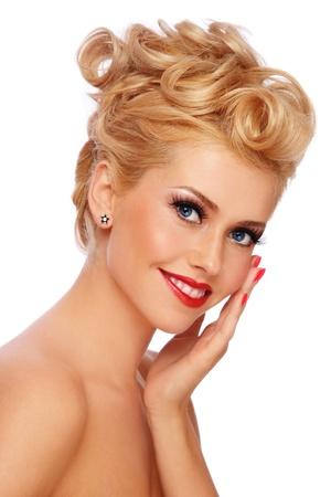 hairdo: Ragazza ritratto di giovane sorridente felice biondo con elegante make-up e pettinatura, su sfondo bianco