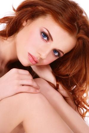 pelirrojas: Retrato de ni�a dulce hermosa con el pelo rizado de color rojo