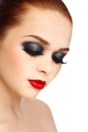 pelirrojas: Retrato de joven mujer hermosa con maquillaje elegante sobre fondo blanco Foto de archivo
