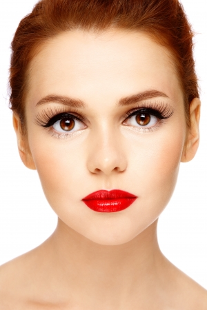 pelirrojos: Retrato de primer plano de la hermosa joven con maquillaje elegante sobre fondo blanco Foto de archivo