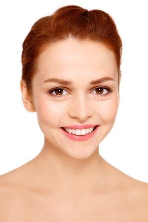 pelirrojas: Retrato de joven bella mujer feliz y sonriente con maquillaje claro sobre fondo blanco