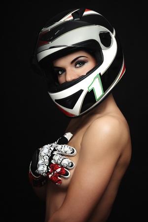 motociclista: Hermosa mujer sexy con maquillaje elegante en casco de motociclista y guantes