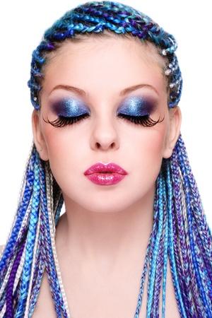 dreadlocks: Retrato de muchacha joven y hermosa con el peinado de fantasía azul y extra largas pestañas falsas, en el fondo blanco Foto de archivo