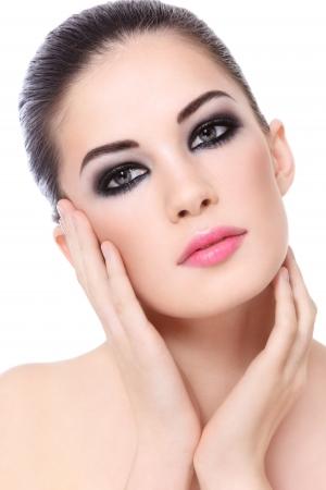 ojos hermosos: Retrato de mujer joven y bella con estilo de maquillaje sobre el fondo blanco
