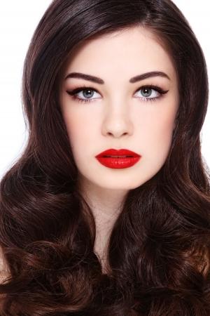 hairdo: Ritratto di giovane donna bellissima con splendidi capelli ricci, su sfondo bianco Archivio Fotografico