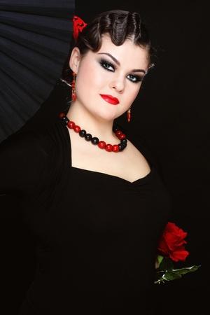 bailarina de flamenco: Hermosa chica con estilo de vestuario en el flamenco con el ventilador negro y rosa roja Foto de archivo