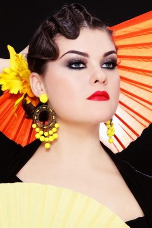 bailarina de flamenco: Hermosa chica con estilo de vestuario en el flamenco con dos ventiladores de colores Foto de archivo
