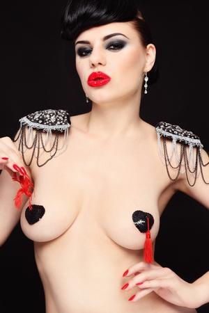 tetas: Joven y bella mujer sexy desnuda con las cubiertas de los pezones y charreteras de lujo