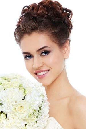 Portrait der jungen schönen Braut lächelnd mit stilvollen Make-up und Frisur über weißem Hintergrund