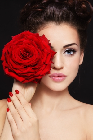 salud sexual: Retrato de joven bella mujer con estilo, con hermosa rosa roja
