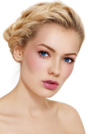 Giovane bella ragazza bionda con le trecce sana e chiara make-up su sfondo bianco