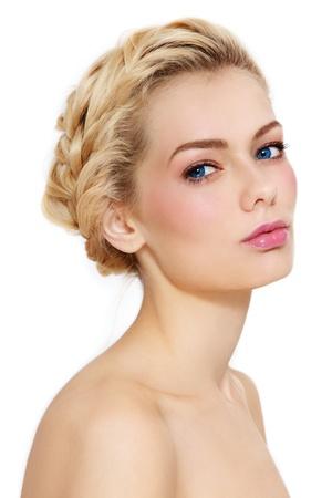 Junge schöne gesunde blondes Mädchen mit Zöpfen und klaren Make-up auf weißem Hintergrund